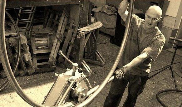 Hans Kordes in der Werkstatt